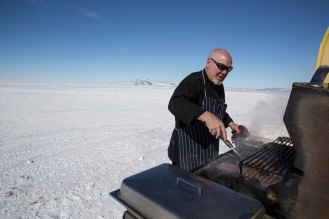 Ed kokkur skellti hamborgurum á grillið. Suðurpóllinn er í bakgrunni.